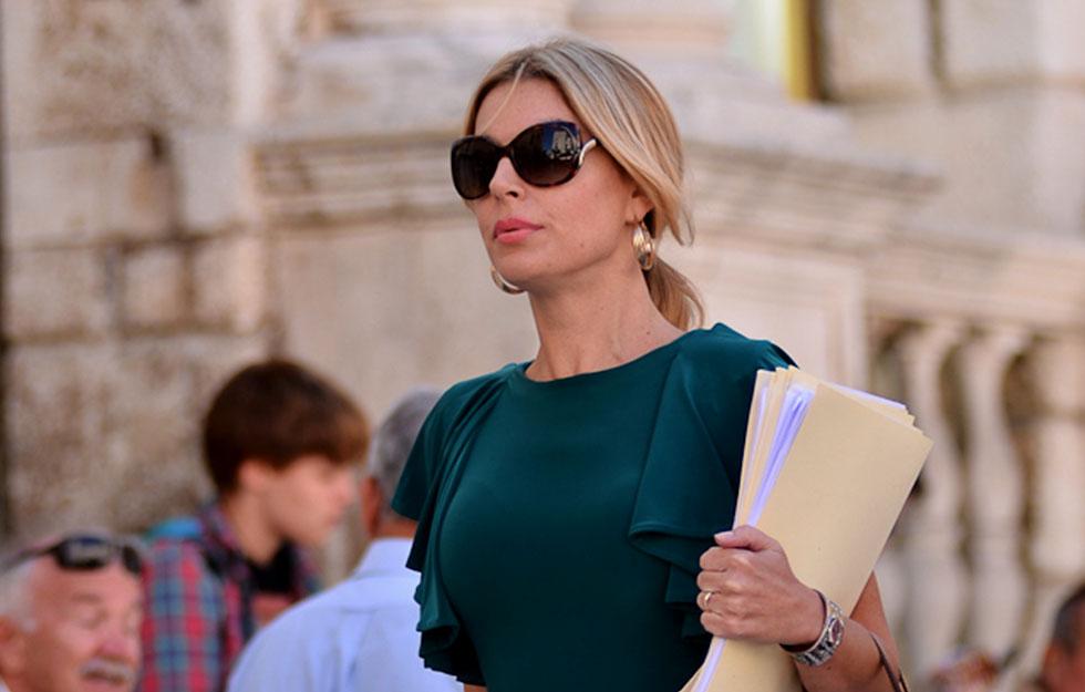 Poslovna žena, odvjetnica, đirada